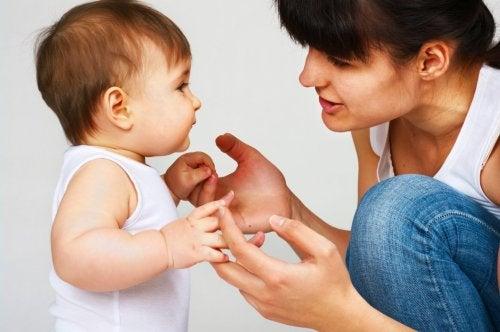 Mutter und Kind mit Sprachproblemen