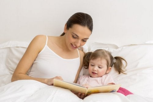 Mutter liest mit ihrer Tochter, die an Sprachproblemen leidet