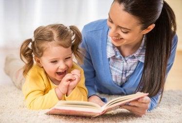 gute Mutter-Kind-Beziehung durch Hilfe bei den Hausaufgaben