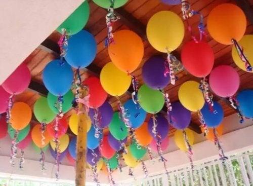 Luftballons an der Decke