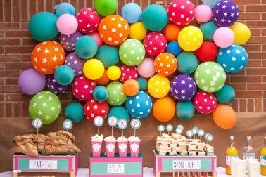 Luftballons an der Wand