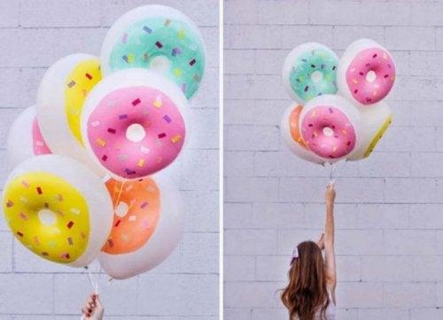 bunte Luftballons wie Donuts