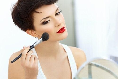 zu viel Make-up kann alt machen