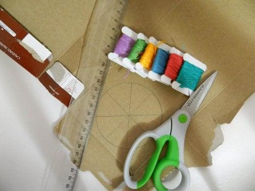 Karton und Schere für ausgefallene Nachttisch-Designs