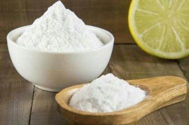 Natriumhydrogencarbonat und Zitronensaft gegen Schuppen