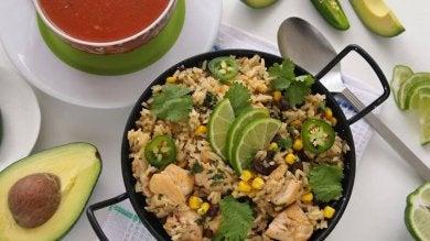 Pfanne mit köstlichem grünen Reis