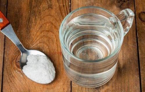 Fußpilz mit Hausmitteln behandeln, zum Beispiel mit Salz und Wasser