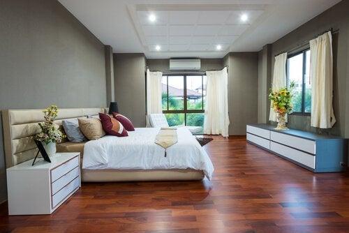 Schlafzimmer in minimalistischen Wohnungen