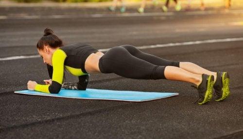 Starke Bauchmuskeln durch Liegestütze
