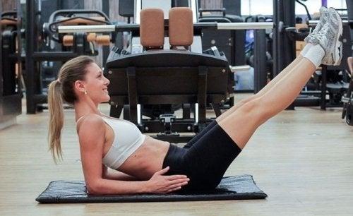 starke Bauchmuskeln durch umgekehrte Sit-ups