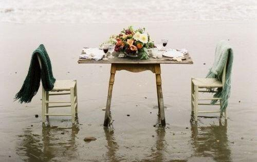 Stühle und Tisch mit Blumen für ausgefallene Nachttisch-Designs