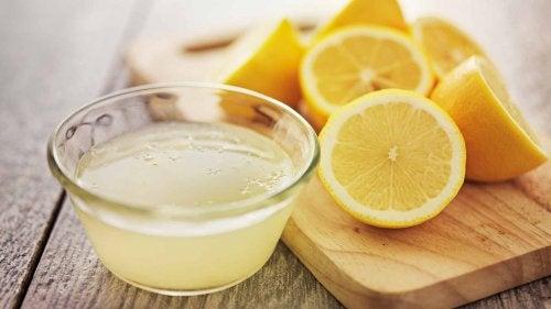 Mit Zitronensaft bekommst du Fugen wieder weiß