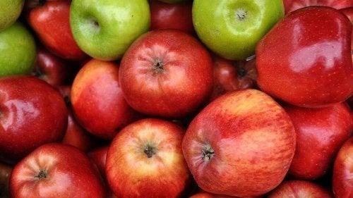 roter oder ein grüner Apfel für Apfelkuchen-Rezept