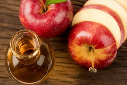 Apfelessig und Honig als natürliche Heilmittel.
