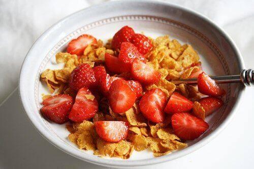 Getreideprodukte und Erdbeeren für ein kerngesundes Frühstück