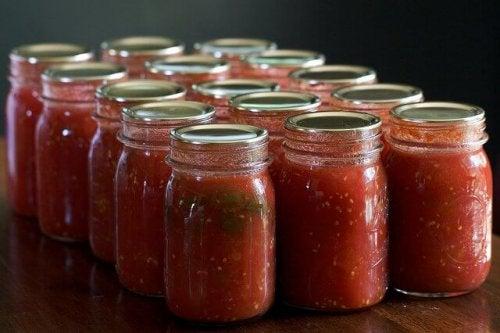 Tomatensauce in Gläsern ist eine tolle Zubereitung, wenn man Tomatensauce essen will.