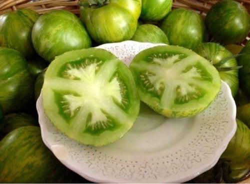 natürliche Heilmittel gegen Lippenherpes: grüne Tomaten