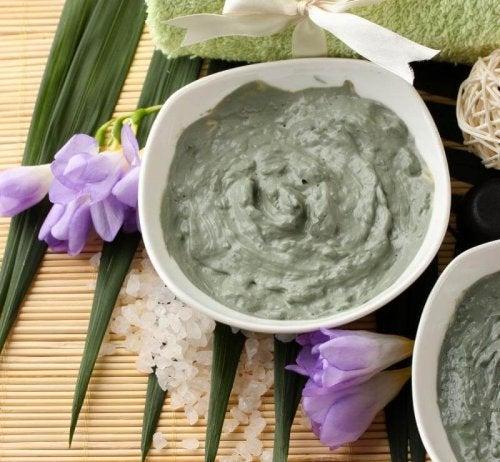 Grüner Lehm hilft bei Akne im Gesicht