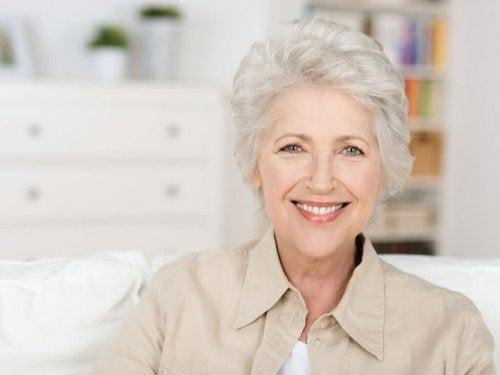 Graues Haar im Alter - Ästhetik und Reife