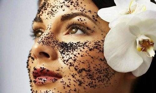 Eine Kaffeemaske mit Backpulver kann Gesichtsbehaarung reduzieren
