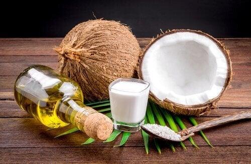 Kokosmich mit Ölen gemischt
