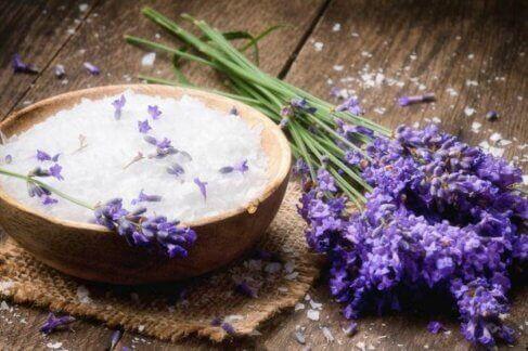 Peelings für trockene Haut mit Lavendel
