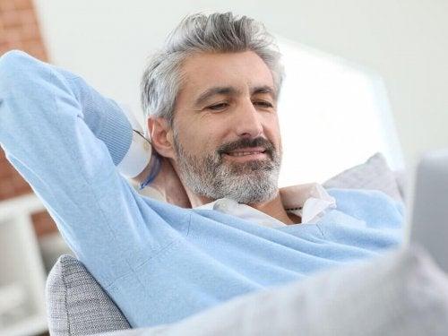 Mann Graues Haar im Alter