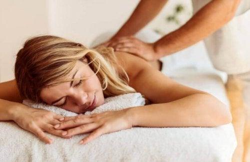 Massage gegen Rückenröllchen