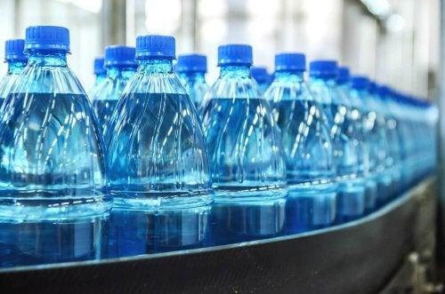 Mineralwasser kauft man in Flaschen