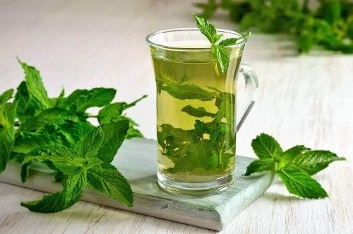 Kurkuma Tee mit Minze gegen Blähungen
