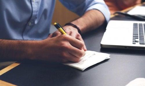 Notizen helfen jeden Monat Geld zu sparen