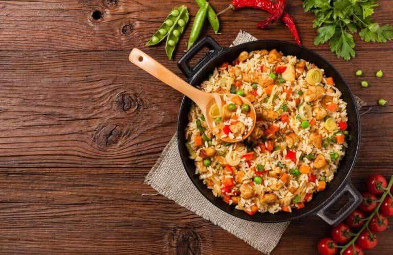 Köstlicher Reis mit Huhn und Gemüse