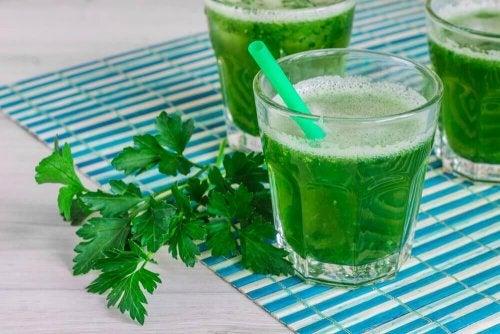 Gewohnheiten zur Körperentgiftung: grüner Smoothie