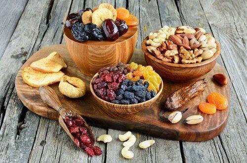 Trockenfrüchte und Nüsse enthalten Ballaststoffe