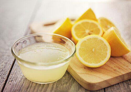 Zitrone um Haarfarbe von der Haut zu entfernen