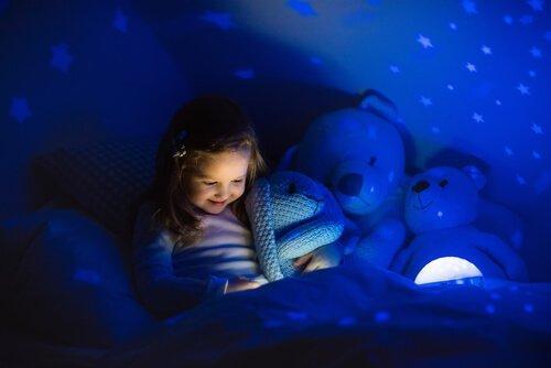 Das Erzählen von Geschichte kann deinen Kindern bei der Überwindung von Angst im Dunkeln helfen.
