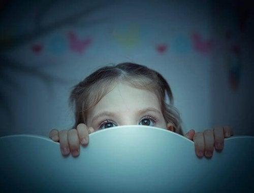Ein Schreck im falschen Moment kann Angst im Dunkeln bei Kindern noch verschlimmern.