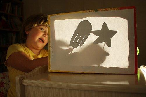 Du kannst mit deinen Kindern Spaß haben und ihnen gleichzeitig helfen ihre Angst im Dunkeln zu überwinden.