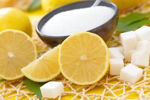 Körperpeeling für trockene Haut mit Zitrone und Zucker