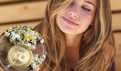 Haar aufhellen mit Kamillentee