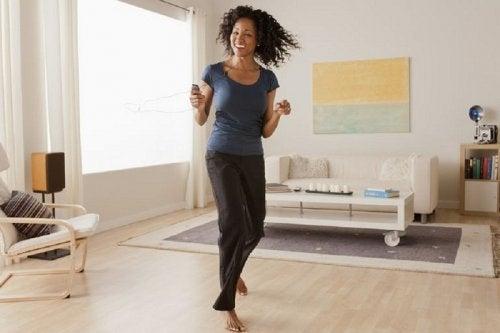 Durchs Haus tanzen, um Fettreserven zu verbrennen