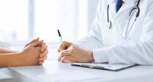 Ein Arzt kann Cellulite behandeln