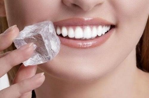 Eis als Heilmittel gegen Mundgeschwüre