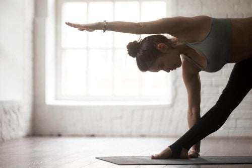 Yoga gegen Rückenschmerzen: Erweiterte Dreieckshaltung