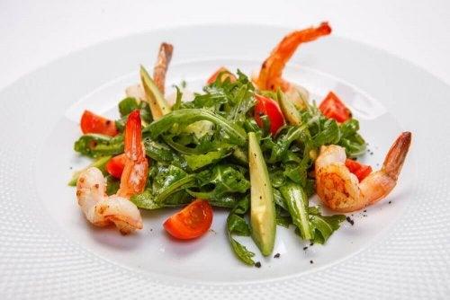 Gegen chronische Müdigkeit helfen mehrere kleine Portionen, wie Salat