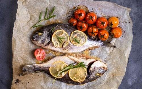 Gegrillter Fisch und Kohlsuppe zum Abnehmen