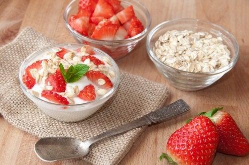 Gewichtsabnahme mit der Haferdiät: Hafer und Erdbeeren