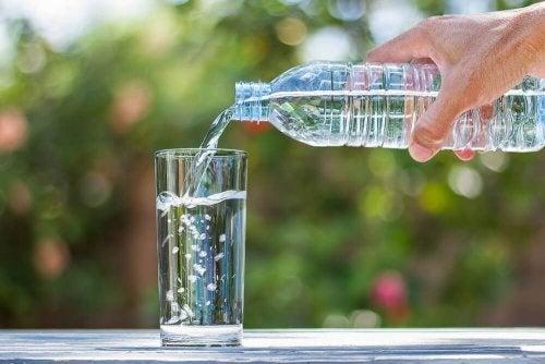 Außreichend Wasser trinken kann bei einem Harnwegsinfekt helfen.