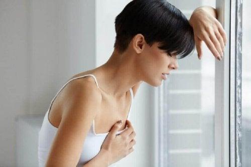 Frau hat chronische Müdigkeit durch Herzfehler