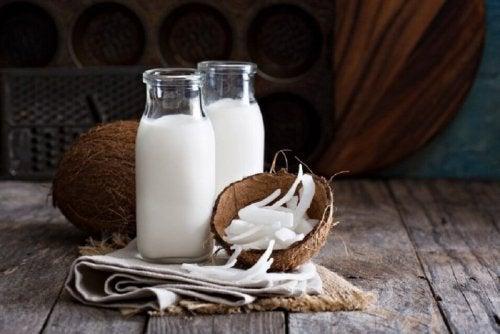 Kokosmilch und Vitamin E für volle Augenbrauen